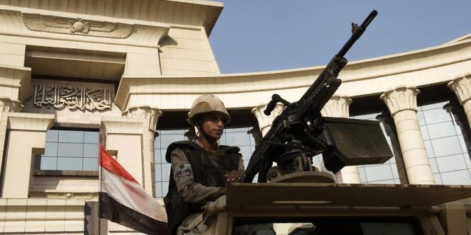 Un militaire égyptien devant la Cour constitutionnelle, au Caire, le 19 août.
