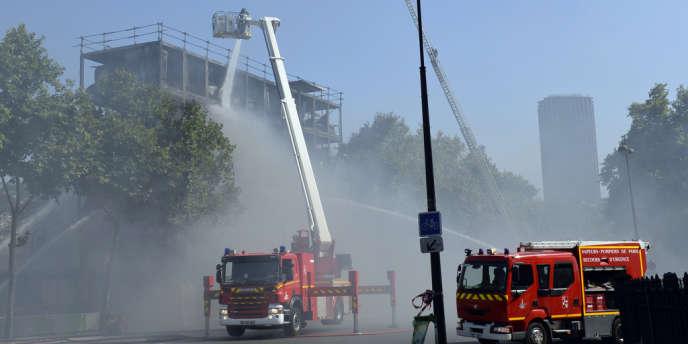 Intervention des pompiers lors d'un incendie à l'hôtel Bourbon-Condé dans le VII arrondissement de Paris mercredi 21 août.