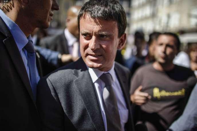 De passage à Aurillac, mercredi 21 août, le ministre de l'intérieur s'est fait interpellé par des comédiens sur ses prises de position sur l'immigration.