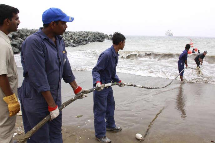 Déploiement du câble sous-marin en fibre optique Teams, alimentant l'Afrique de l'Est en Internet à haut débit, à Fujaïrah (Emirats arabes unis), le 10 avril 2009.