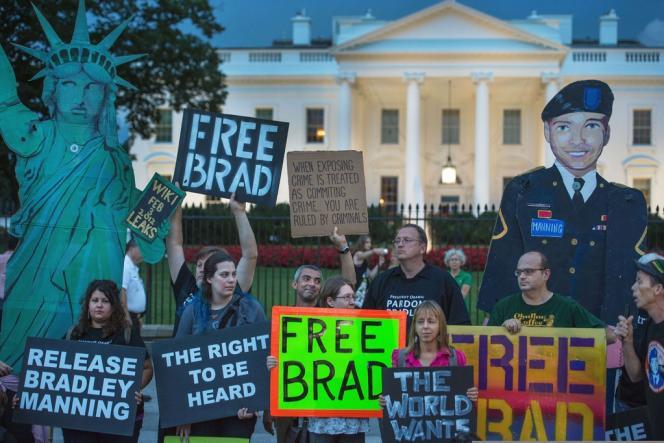 Des manifestants protestent contre la condamnation de Bradley Manning, le 21 août, devant la Maison Blanche.