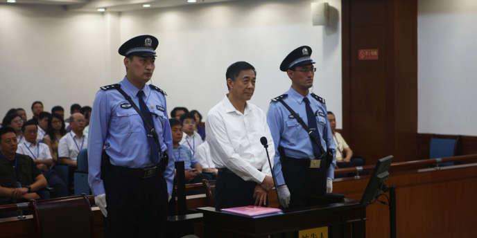 Bo Xilai à l'ouverture de son procès devant le tribunal de Jinan, dans la province de Shandong, le 22août2013.