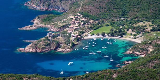 Une vue aérienne du littoral corse (ici, l'anse de Girolata, sur la côte occidentale de l'île).