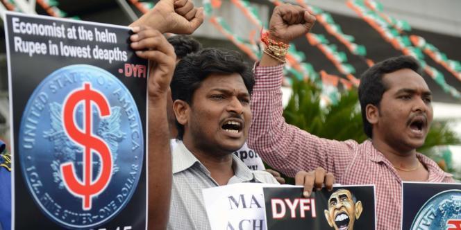 Des Indiens manifestent à Hyderabad, le 23 août, contre la chute de la roupie face au dollar.