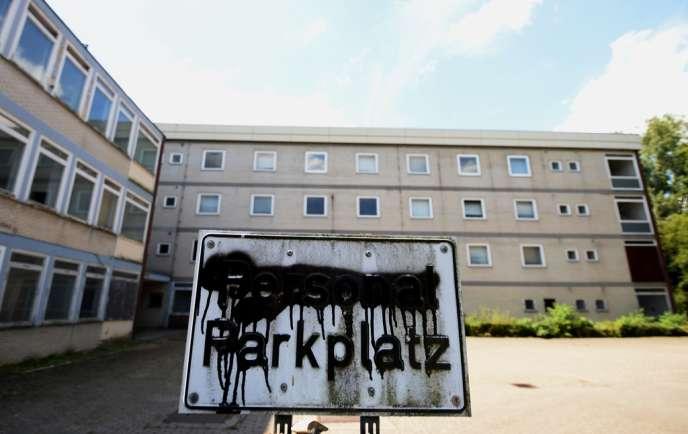 Devant l'hôpital abandonné d'Immigrath, le 5 août.