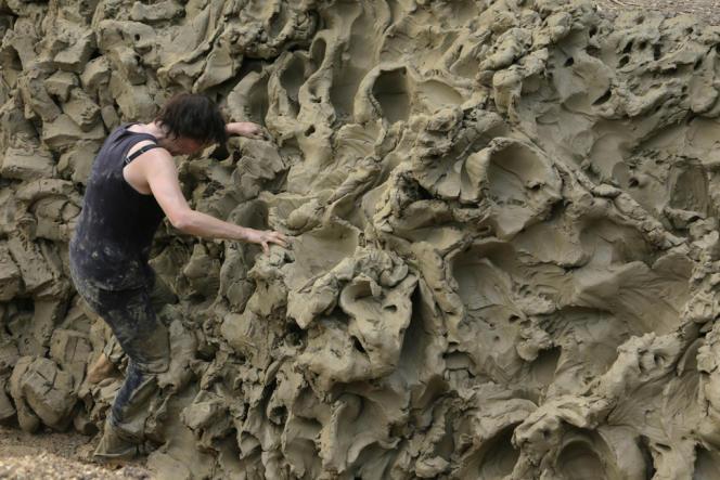 La sculptrice Alexandra Engelfriet dans un corps-à-corps avec vingt tonnes de glaise, à Fresnes-au-Mont (Meuse).