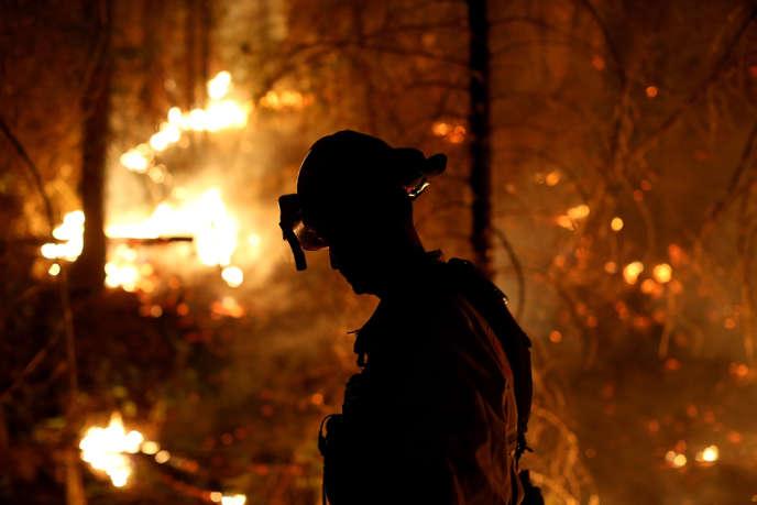Plus de 2 000 pompiers luttaient contre les flammes, vendredi 23 août, pour contenir l'incendie en Californie.