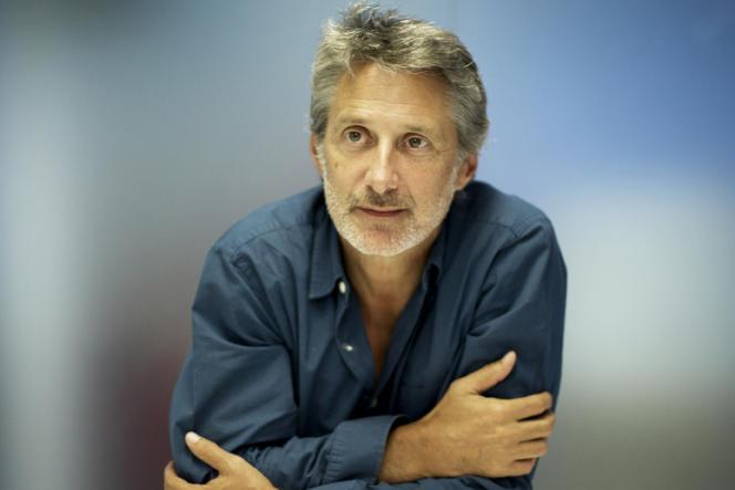 Antoine de Caunes dans les locaux de la société de production KM.