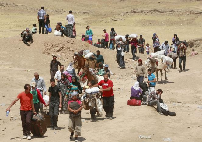 Des réfugiés syriens arrivent à Dahouk, près du poste-frontière avec l'Irak de Peshkhabour, le 20 août