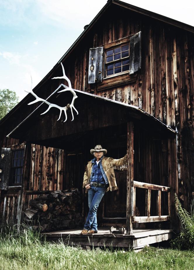 Ralph Lauren dans son ranch du Colorado, vêtu de sa veste à franges fétiche.