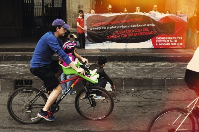 En juillet dernier, à Mexico, manifestation contre la participation de Coca-Cola  à la campagne nationale contre l'obésité lancée par le ministère de la santé.