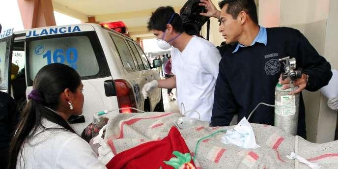 Un blessé évacué d'une prison de la prison bolivienne de Palmasola, à Santa-Cruz.