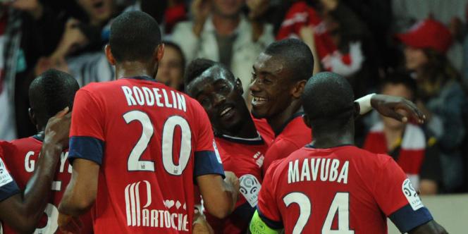 Salomon Kalou (au milieu) félicité après son penalty face à Saint-Etienne.