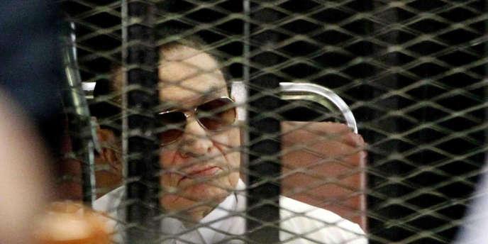 Hosni Moubarak en août 2013, au tribunal du Caire.