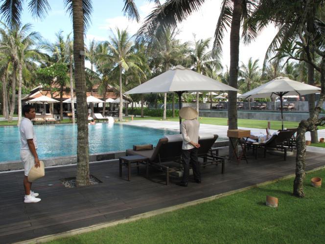 Sur le bord de mer, entre Danang et Hoi An, où ont débarqué les GIs américains durant la guerre, les complexes hôteliers se sont multipliés pour accueillir les touristes, souvent d'origine asiatique ou russes. Par ailleurs, des zones économiques spéciales ont été créés dans sa périphérie et d'autres sont en projet. En 2006, au début du