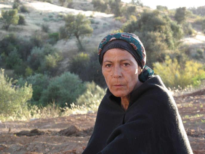 Ouardia (Djamila Sahraoui) est une paysanne algérienne, qui revient enterrer son fils militaire.
