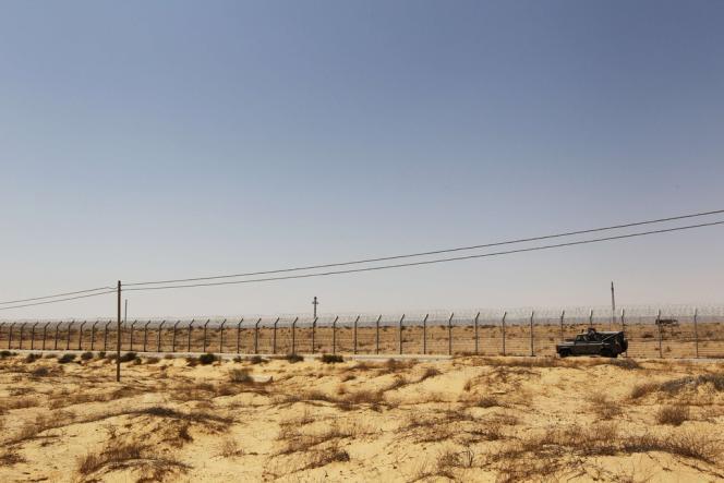 Un blindé israélien le long de la frontière égyptienne, le 20 août.