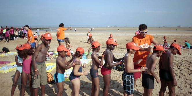 Près de 5 000 enfants défavorisés, venant des huit départements d'Ile-de-France et qui pour certains n'avaient jamais vu la mer, étaient rassemblés mercredi avec une joie manifeste pour une journée à la plage à Cabourg.