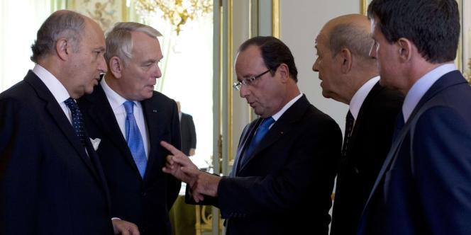 François Hollande et les quatre ministres qui participent avec lui au conseil de défense, mercredi 28 août à l'Elysée.