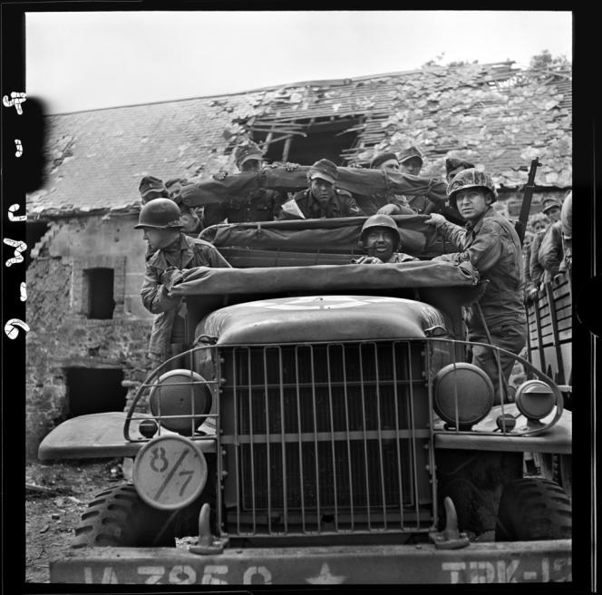 Prisonniers allemands, près d'Isigny, Normandie, 27 juillet 1944.