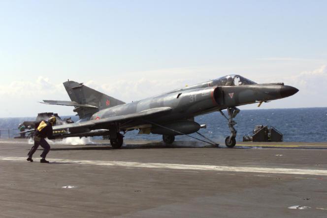 Un Super-Etandard sur le porte-avion français Foch en 1999 durant les frappes aériennes de l'OTAN sur la Yougoslavie de Milosevic en guerre au Kosovo.
