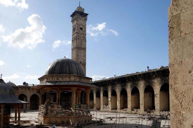 La mosquée des Omeyyades à Alep avant la destruction de ses deux minarets.
