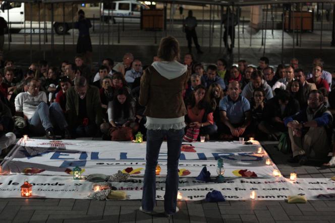 Rassemblement des Veilleurs devant la gare RER de Sartrouville jeudi 29 août à 21 h 30. Madeleine, l'une des porte-parole, s'adresse aux membres du groupe.