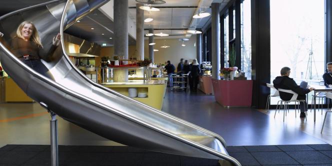 Toboggan ou canapé en forme de bateau dans les locaux de Google à Zurich, en Suisse.