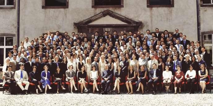 Dans quelques années, cette photo de classe sera sans doute aussi connue que celle de la promotion Voltaire, dont le clan Hollande est issu. Car la cuvée d'énarques 2004 squatte aujourd'hui des dizaines de postes-clés à l'Elysée, à Matignon et dans les ministères.