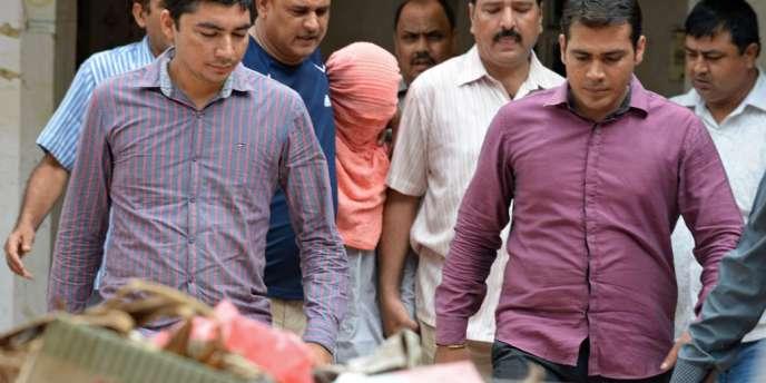La police accompagne l'adolescent condamné à trois ans d'emprisonnement pour le viol d'une étudiante survenu à New Delhi en décembre 2012.