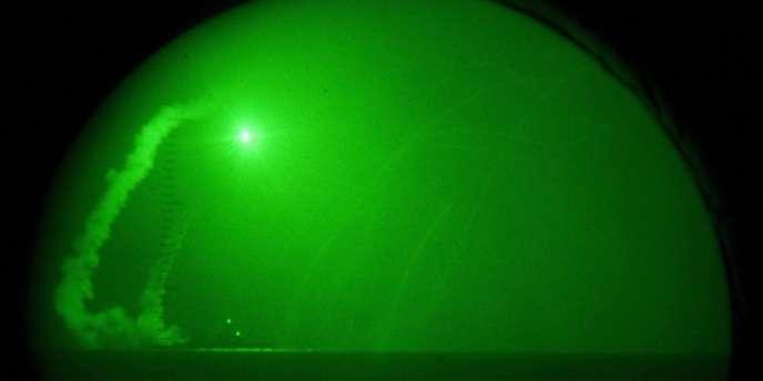 Tir d'un missile Tomahawk depuis l'USS Barry en mars 2011, contre les forces de Mouammar Kadhafi.