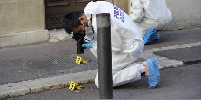 Des membres de la police technique et scientifique sur les lieux de la fusillade, à Marseille.