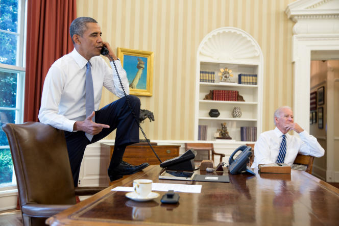 Barack Obama s'entretient au téléphone avec John Boehner, président républicain de la Chambre des représentants, en présence du vice-président Joe Biden, samedi 31 août, dans le Bureau ovale, à la Maison Blanche.