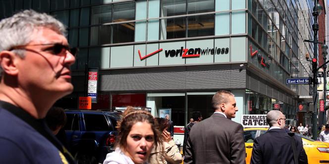 A New York, devant une boutique Verizon Wireless, en avril 2012. Verizon pourrait payer 130 milliards de dollars la part de Vodafone dans leur entreprise commune.