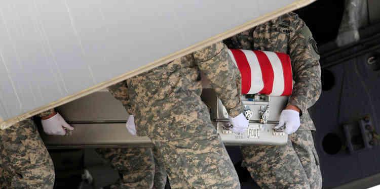 Des soldats amŽricains portant la dŽpouille du soldat Michael H. Ollis, dans son quartier de Staten Island ˆ New York, le 31 aožt. Le soldat est mort en dans la province afghane de Ghazni le 28 aožt.