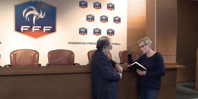 Elise Lucet en discussion avec Noël Le Graët, président de la Fédération française de football, à propos des agents.