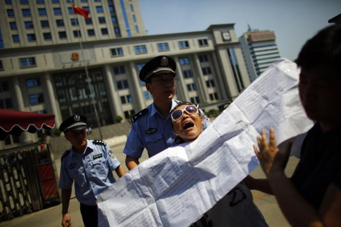 Un manifestant devant le tribunal où est jugé Bo Xilai, à Jinan, le 21 août.