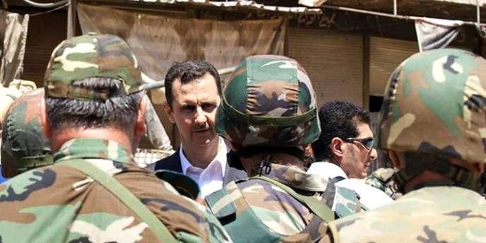 Photo diffusée le 1er août 2013 par la présidence syrienne montrant Bachar Al-Assad face à ses troupes.