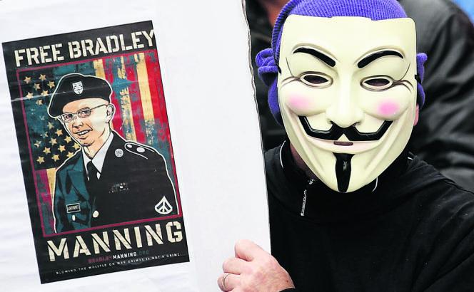 Protestation anti-G8, à Enniskillen (Irlande du Nord), le 15 juin. L'affiche brandie par ce manifestant appelle à la libération de Bradley Manning, condamné à trente-cinq ans de prison pour avoir transmis des informations secrètes à WikiLeaks.