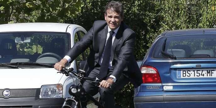 Le ministre du redressement productif, Arnaud Montebourg, sur un Solex, au Bourget, le 5 septembre.