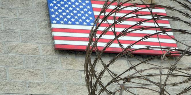 Le drapeau américain sur la façade de la base de Guantanamo, à Cuba.