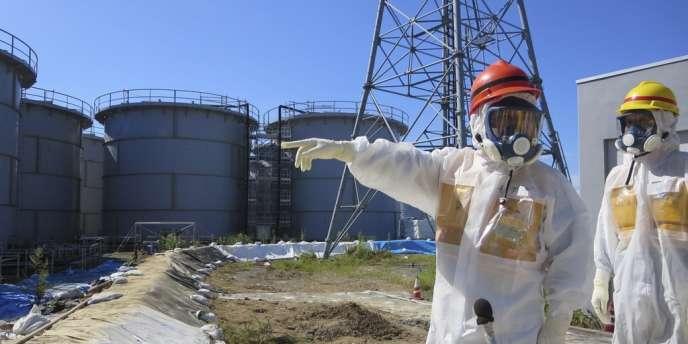Le ministre de l'industrie japonais Toshimitsu Motegi visitant Fukushima, le 26 août 2013.