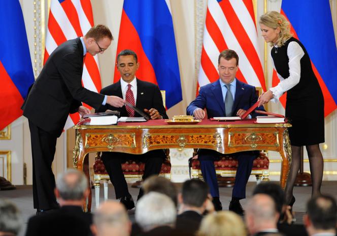 Les présidents russe et américain signent le traité Start 2 à Prague, le 8 avril 2010.