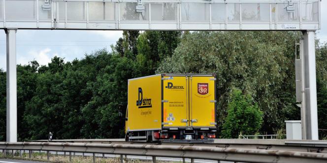 Cette taxe environnementale, qui existe dans onze pays européens, dont l'Allemagne, doit inciter les transporteurs à moderniser leur flotte, à reporter le fret routier sur d'autres modes (ferroviaire, fluvial), devait rapporter 1,2 milliard d'euros par an.