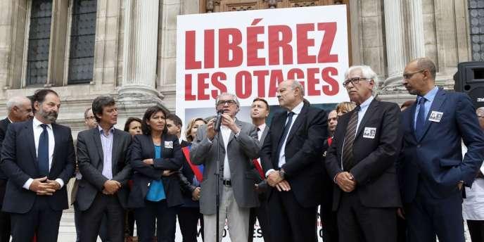 Serge July, coprésident du comité de libération de Didier François et Edouard Elias, durant un rassemblement de soutien aux otages, le 6 septembre.