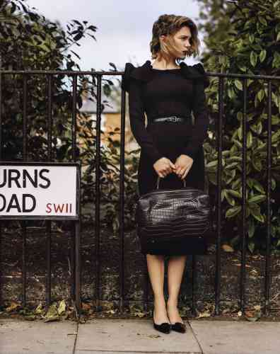 page de gauche : robe en crêpe et ceinture en ayers, bottega veneta.  sac maxi box en crocodile noir, hermès. ci-contre : robe  en velours, lanvin. Photos Alasdair McLellan
