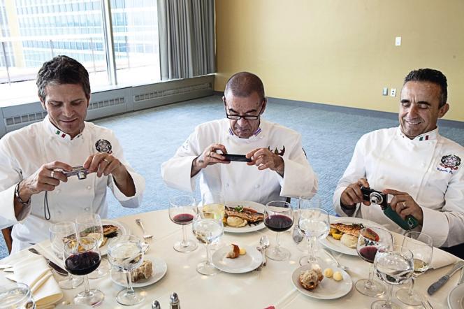 Pendant leur tournée américaine, les 21 chefs de chefs du CCC (ici, trois chefs italiens) ont été reçus comme de hauts dignitaires aux Nations unies. Photographier le contenu de leur assiette : un geste qu'ils accomplissent avant même de saisir leur fourchette, lors de chaque dégustation qu'ils font.