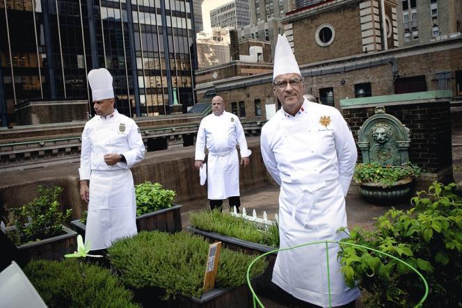 Le Club des Chefs des Chefs, qui regroupe les cuisiniers des dirigeants de la planète, s'est réuni en juillet aux Etats-Unis. Sur le toit de l'Hôtel InterContinental de Washington, Bernard Vaussion, chef des cuisines de l'Elysée, avec ses homologues danois et canadien.