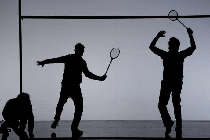 Des acteurs jouent au squash dans une scène du spectacle