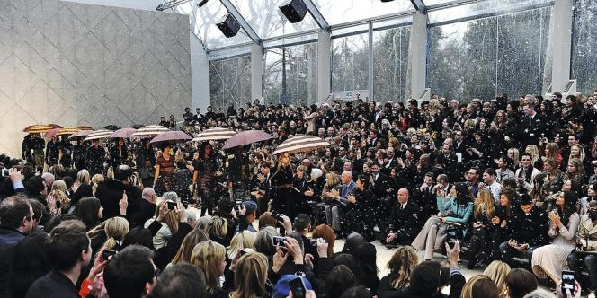 C'est désormais une scène classique des défilés : dès les premières minutes, les invités dégainent leur smartphone et relaient l'événement en photo ou vidéo sur les réseaux sociaux (défilé automne 2012-hiver 2013 de Burberry).